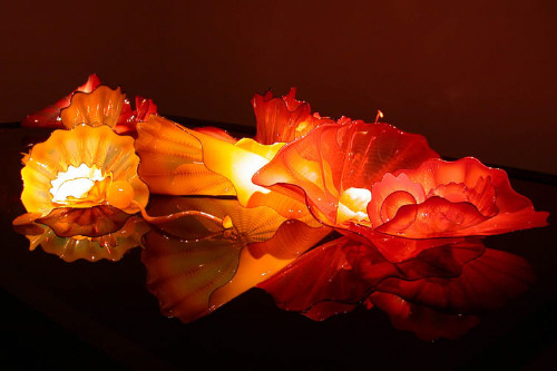 Artist: Dale Chihuly, Title: Tuscan Sunset and Golden Persian Set with Kohl Lip Wraps, 2001 - click for larger image